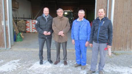 Landrat Martin Sailer (von links) und Bürgermeister Peter Ziegelmeier ließen sich von Josef Zott und Martin Zott den Bauernhof in Aretsried zeigen.