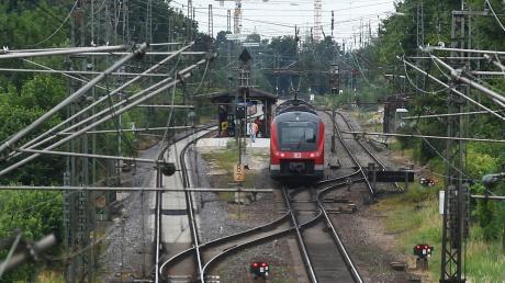 Seit Jahren wird über ein drittes Gleis auf der Strecke zwischen Augsburg und Ulm diskutiert. Nun ist auch eine neue Bahnstrecke entlang der A8 im Gespräch.