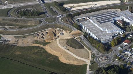 Eine gefährliche Lage: Ein großer Parkplatz mit fabrikneuen Fahrzeugen und direkt daneben die A8, um die Beute schnell abzutransportieren.