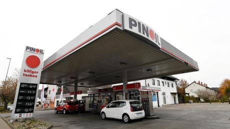 Unbekannte haben Montagabend versucht in die Gessertshauser Tankstelle einzubrechen.