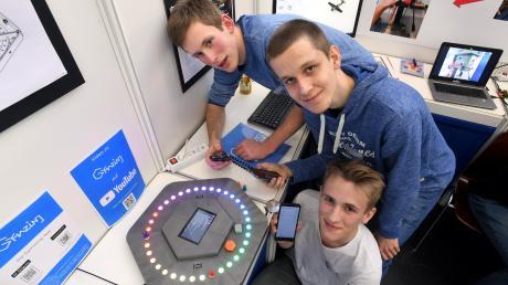 Moritz Aschenbrenner, Alexander Mandera und Tobias Wohlhüter (v.l.) präsentieren in Diedorf beim Wettbewerb Jugend forscht ihre Erfindung: das digitale Brettspiel 'Gymazing' – komplett erstellt am 3D-Drucker ihrer Schule.