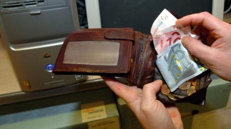 Ein Unbekannter hat am Mittwochabend in Neusäß-Hainhofen zwischen 16 und 18.30 Uhr in der Wohnung einer 86-Jährigen eine Geldbörse gestohlen.