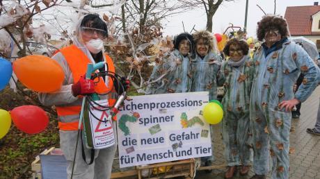 Die Familien Kuchenbaur und Keßler verkleideten sich als Eichenprozessionsspinner und Schädlingsbekämpfer.