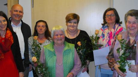 Vorsitzende Maria Drohner-Liepert und Bürgermeister Franz Schlögel ehren die langjährigen Mitglieder Isabella Kratzer, Elfriede Sailer, Bettina Speer, Martina Keßler und Anna Kratzer.