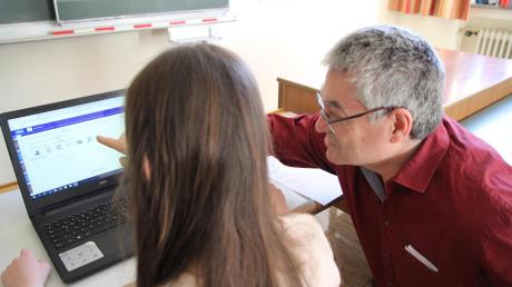 """Ottmar Wiedemann erklärt einer Schülerin, wie das """"E-Portfolio"""" funktioniert."""