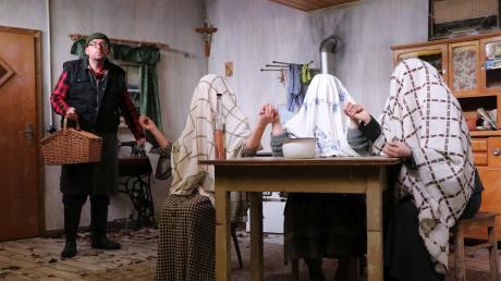 """Nein, hier sitzen keine Geister: Mina, Giggi und Adelheid versuchen mit """"fast orientalischen"""" Tüchern eine Geisterbeschwörung. Diese findet auch der naive Tschacko (Peter Schmid) sehr interessant."""