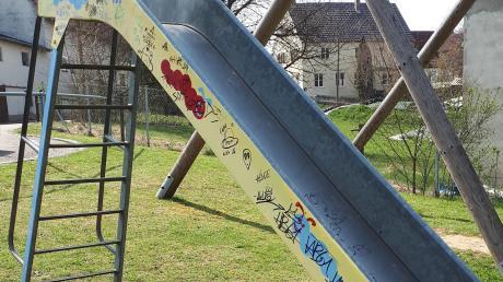 Unbekannte haben die Rutsche auf dem Spielplatz in Heretsried beschmiert.