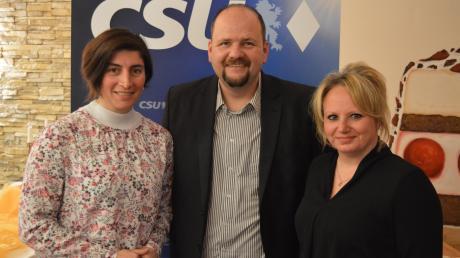 Horst Heinrich begrüßt im Vorstand Elena Herrmann (links, Schriftführerin) und Johanna Jiresch-Spengler (Beisitzerin).