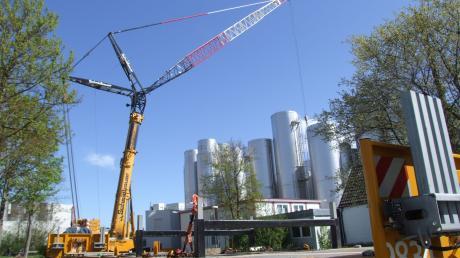Der 500-Tonnen-Riesenkran hievte für Müller-Milch in Aretsried lautlos und im Zeitlupentempo zwei 20 Meter hohe Tanks mit je 20 Tonnen Gewicht punktgenau auf ihre Plätze.