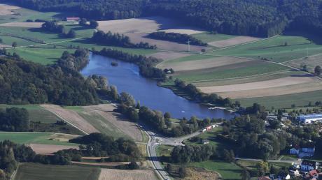 Immer wieder gibt es am Rothsee in Zusmarshausen Probleme, weil der Zufluss bei kräftigem Regen Schlamm in den See transportiert. Dann ist das Wasser deutlich getrübt. Das will die Gemeinde jetzt mit einem Bypass lösen.