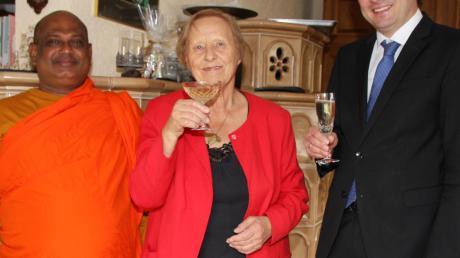 Elfriede Süß aus Erlingen feierte ihren 80. Geburtstag. Links im Bild Mönch Sadu und rechts Bürgermeister Michael Higl.