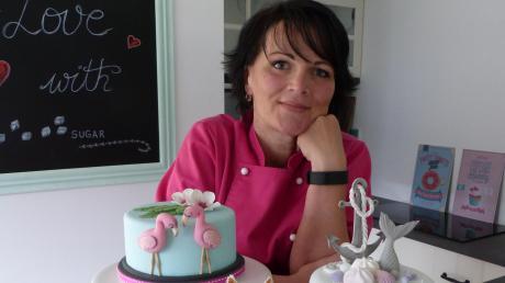 """Ute Leonhardt hat mit Queeny´s Zucker-Kunst Ihre Passion zum Beruf gemacht. In ihrem """"Kalorienreich"""" ist alles vorhanden, um Einzelkurse rund um die Backkunst zu geben."""