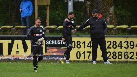 Besorgnis im Abstiegskampf. In Olching musste Alexander Bernhardt für den verletzten Valentin Coca ins Tor des SV Cosmos Aystetten. Rechts Co-Trainer Aleksander Canovic.