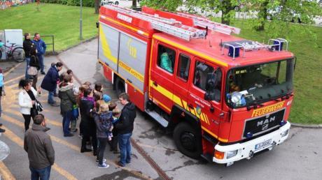 Bei der Maifeier in Aystetten konnte Besucher eine Runde mit dem Feuerwehrauto fahren.