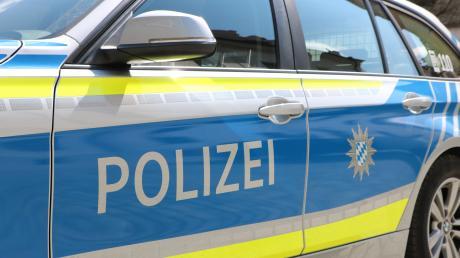 Ein Exhibitionist hat eine Frau an einer Haltestelle in Augsburg belästigt. Nach Polizeiangaben urinierte und onanierte er. Die Beamten fanden zudem Drogen.