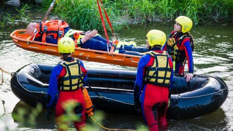 Trainieren für den Ernstfall: In Zusammenarbeit mit der Feuerwehr Neusäß hat die Wasserwacht Steppach im Frühjahr 2019 die Rettung eines Verunglückten geübt.