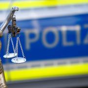 Ein Mann aus dem Landkreis Dillingen muss sich vor Gericht verantworten, weil er mit einem Messer auf seinen Schwiegervater losging.