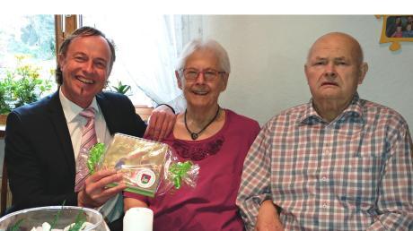 Bürgermeister Bernhard Uhl gratulierte Luise und Bruno Reichert zum seltenen Jubiläum.