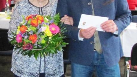 Bürgermeister Bernhard Walter gratuliert Barbara Kempter.