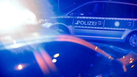 Die 63-Jährige setzte ihre Fahrt zwar noch rund 100 Meter fort, hielt dann aber in einer Hofeinfahrt, um schlafenderweise auf die Polizei zu warten.