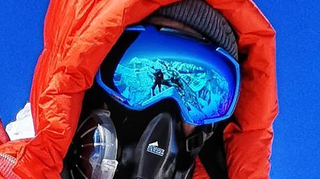 Selfie auf 8848 Meter Höhe. Der Adelsrieder Günter Haas erreicht auf dem Gipfel des Mount Everest.