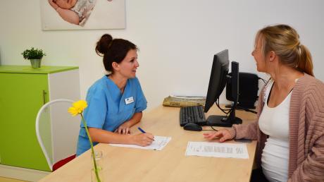 In der neuen Hebammenambulanz berät Hebamme Alexandra Högel (links) Sarah Kreiser, die ihr erstes Kind erwartet.