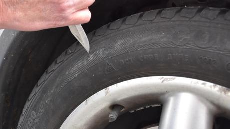 Unbekannte haben in Höchstädt Reifen zerstochen.