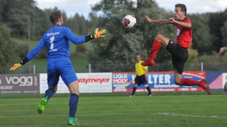 Große Sprünge machte Dominik Osterhoff in der abgelaufenen Saison. Der Angreifer des SC Altenmünster war nicht nur in allen 30 Spielen am Ball, sondern erzielte auch 13 Treffer und legte 15 Treffer für seine Mitspieler auf. Links Meitingens Torhüter Daniel Wagner.