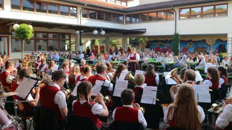Die Jugendkapelle der Musikvereinigung Welden feierte im Innenhof der Schule ihr 50-jähriges Bestehen.