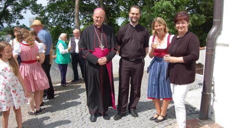 Stehempfang und Begegnung Weihbischof Wörner und Diakon Diminik Loy mit Pfarrgemeinderatsvorsitzenden Sabine Gaßner und Kirchenpflegerin Alexandra Kast.