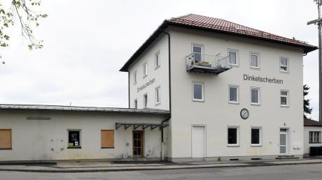 Die Marktgemeinde Dinkelscherben hat das alte Bahnhofsgebäude 2013 ersteigert. Lange stand es leer. Jetzt gibt es zwei Wohnungen für anerkannte Flüchtlinge darin. Auch für den Rest des Bahnhofareals gibt es große Pläne.