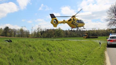 Mit schweren Verletzungen ist ein Motorradfahrer am Donnerstag nach einem Unfall zwischen dem Peterhof und Heretsried ins Krankenhaus geflogen worden.