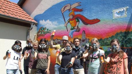 Das Feuerwehrgerätehaus in Ustersbach erhielt einen neuen Stempel verpasst: Sieben Jugendliche unter Anleitung von erfahrenen Sprayern des Vereins Die Bunten verschönerten eine Wand mit einem Graffiti. Dabei wurde passend zu den Brandschützern ein farbenfrohes Motiv gewählt.
