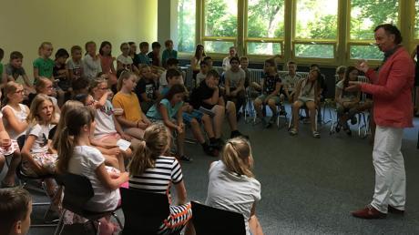Bürgermeister Bernhard Uhl (rechts) beantwortete gern die Fragen der Viertklässler der Grundschule Zusmarshausen.