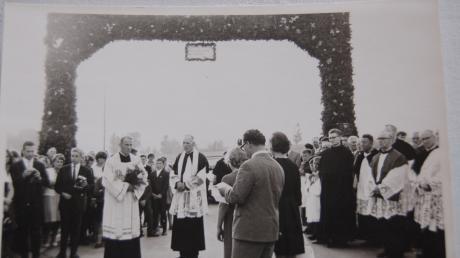 Zum Empfang von Neupriester Edmund Gleich wurde in seinem Heimatort Ustersbach ein Triumphbogen errichtet.