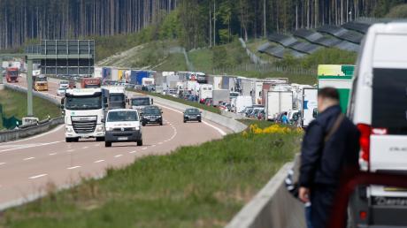 Stau auf der Autobahn ist immer ärgerlich. Wenn dazu aber Temperaturen von über 30 Grad kommen, kann es schnell gefährlich werden – besonders für Kinder und ältere Menschen. Bei lang anhaltenden Staus sind deshalb Helfer unterwegs.