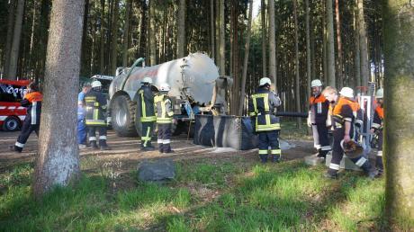 Mit einem großen Güllefass versorgte Landwirt Richard Schuster aus Zusamzell im vergangenen Jahrdie Feuerwehren mit Wasser, bevor eine knapp zwei Kilometer lange Schlauchleitung von der Zusam zu einem Flächenbrand bei Hegnenbach aufgebaut war.