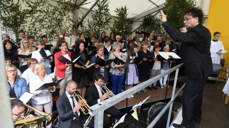 Zum Lob Gottes: Der Projektchor der Pfarreiengemeinschaft unter Leitung von Stefan Wolitz umrahmte die feierliche Primiz in Ustersbach mit seinem Gesang.