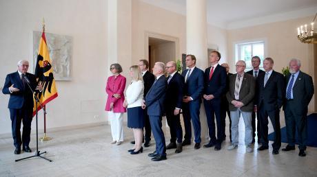 Die Kutzenhausener Bürgermeisterin Silvia Kugelmann (Dritte von links) gehörte zu einer Gruppe von Kommunalpolitikern, die am Mittwoch im Schloss Bellevue mit Bundespräsident Frank-Walter Steinmeier (links) über die Bedrohung von politisch Verantwortlichen diskutierten.