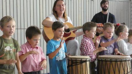 Trommeln, Tischrhythmus, Musizieren mit Boomwhackern und Bodypercussion hatten die Schüler geübt. Jetzt präsentierten sie das Erlernte.