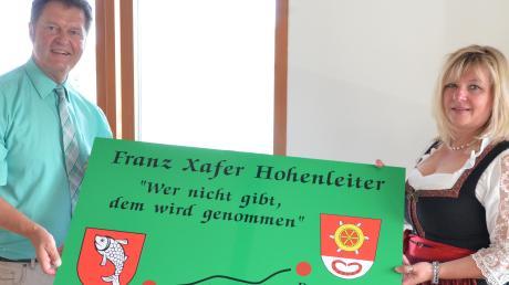 Eine Tafel mit dem Wahlspruch des Schwarzen Vere übergab Silvia Kugelmann an Ekkehard Stettner.
