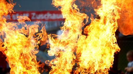 Als die Feuerwehrmänner die Tür der betroffenen Wohnung aufgebrochen hatten, schlugen ihnen aus der Küche bereits Flammen entgegen.