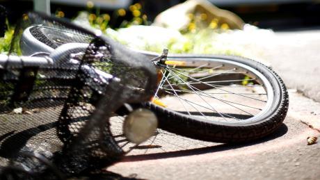 Nach einem Zusammenstoß mit einem Auto ist eine 79-jährige Fahrradfahrerin im Krankenhaus ihren Verletzungen erlegen.