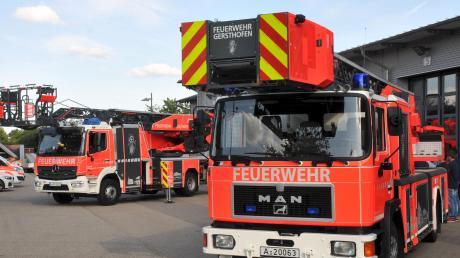 Eine neue Drehleiter (hinten) hat die Gersthofer Feuerwehr in Betrieb genommen. Die alte verstärkt ab sofort den Fahrzeugpark der Feuerwehr Zusmarshausen, deren Einsatzbereiche steigen.