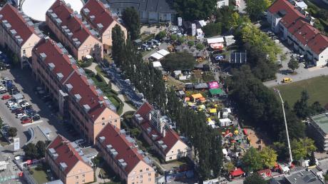 So sah das Kulturina-Festgelände im Herzen Gersthofens am Sonntagnachmittag aus der Luft aus. Bunt, wie die Sonnenschirme von oben erscheinen, so waren auch das kulinarische Angebot und das kulturelle Programm.  Fotos: Marcus Merk