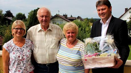 Zu den Gratulanten beim Fest der goldenen Hochzeit von Walter und Waltraud Schreiter gehörten auch Schwiegertochter Anita Schreiter (links) und der Meitinger Bürgermeister Michael Higl (rechts).  Foto: Peter Heider