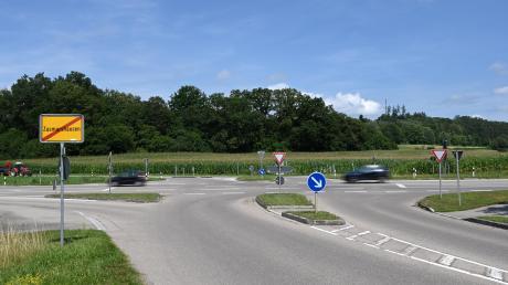 An der Rothsee-Kreuzung von (links) Augsburger-, Dammstraße (vorne) und Staatsstraße 2510 (rechts und hinten) bei Zusmarshausen soll nach dem Willen der Marktgemeienein Kreisverkehr entstehen.