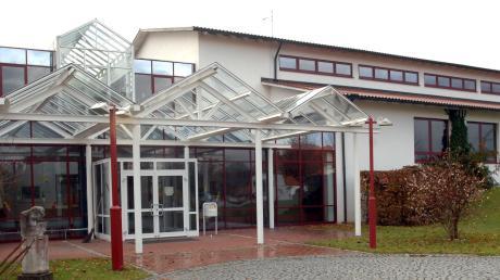 Die Emersackerer Schule wartet siet vielen Jahren auf eine Sanierung, nicht zuletzt weil das Glasdach der Aula undicht ist.