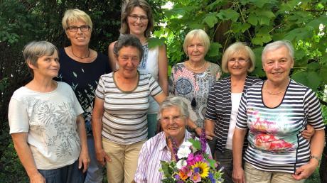 Regina Ehleiter (Zweite von links) und die Damen des Ellgauer Besuchsteams verabschiedeten bei einer kleinen Feierstunde Sofie Häusler (sitzend), die nach 19 Jahren ihre Tätigkeit im Besuchsdienst niederlegte.
