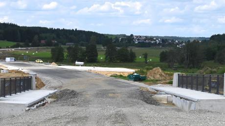 Die neu entstehende Umgehung von Adelsried soll in den kommenden Wochen Anschluss an die vorhandene Straße nach Welden angeschlossen werden.